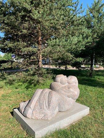 Каменные скульптуры в Малоохтинском парке