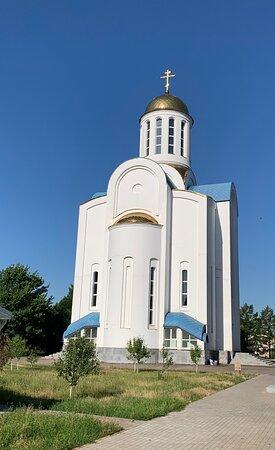 Успенская церковь через дорогу
