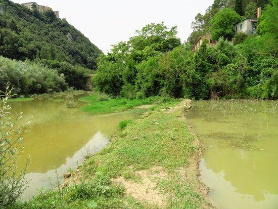 Scorcio del punto in cui il primo lago si congiuenge con il Rio Grande (sullo sfondo, leggermente a sx, si nota il ponte sulla SS 205 che funge anche da diga