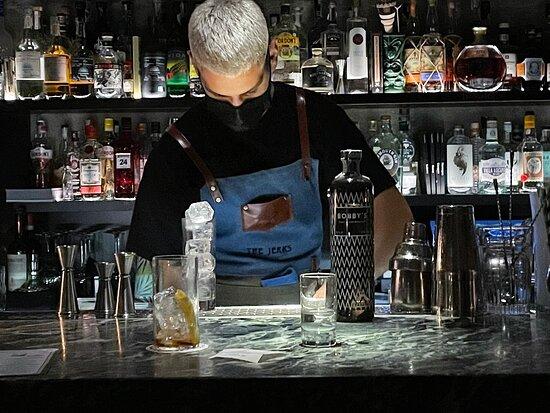 Hier moet je zijn! Van binnen ziet deze bar er super gaaf uit! Goede service en de bediening is behulpzaam, zij maken de mooiste cocktails. Houd je van Gin tonic, dan zit je hier ook goed met de hoeveelheid keuze aan gin soorten. Super!!