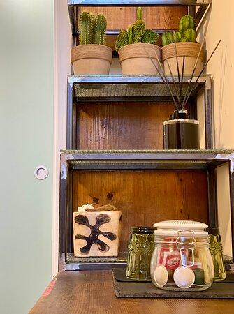 """La nostra Camera """"OLIVUM"""" prende ispirazione dai maestosi e secolari alberi di """"Ulivo""""salentini, il colore verde ed il legno d'ulivo sono gli elementi protagonisti dell'arredamento che creanoun'atmosfera calda ed accogliente. È l'opzione ideale per coppie, amici. La cucina/soggiorno è attrezzata per la colazione e/o la preparazione di pranzo e cena,  TV 55"""" pollici e WI-FI gratuita in tutti gli ambienti"""