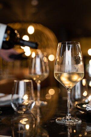 A nossa cozinha une pessoas à volta de pratos com sabores além-fronteiras. Mas os nossos vinhos são essenciais para quem procura ficar para ouvir uma boa música ou ter conversas longas com a família e amigos.