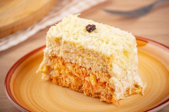 Pedaço de torta de cenoura