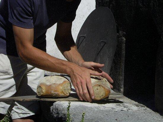 Pain cuit au feu de bois traditionnel
