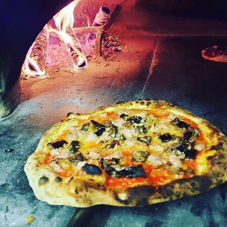 La nostra pizza classica napoletana cotta in forno a legna. Quindi prevale il cornicione morbido...
