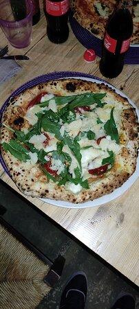 pizza bufalina, con pomodorini, grana, mozzarella e rucola