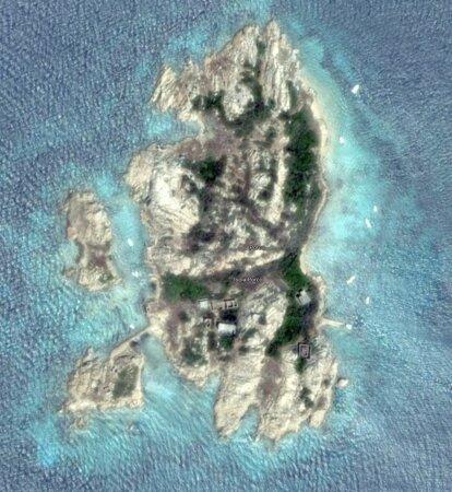 Ilhas da Madalena, Itália: L'Isola Porco (che misura 350 metri x 150) è composta da un micro-arcipelago si scogli. Uno di questi, per esigenze belliche, è stato unito all'isolotto principale mediante una diga artificiale di pietrame, che permette il transito pedonale da l'una all'altra.