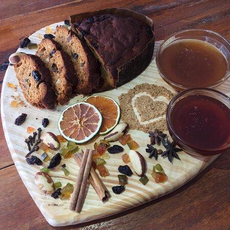 Este é o Bolo de Mel. Apreciado por muitos, sua durabilidade pode ser de até um ano pela receita, por conter mel que é um conservante natural. Além do mel, o bolo é feito a partir de suco de laranja, melado de cana, frutas secas e cristalizadas, castanha-do-Pará e especiarias.