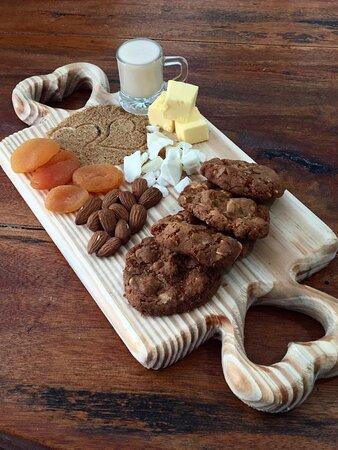 Este é o Lebkuchen! Cookies amanteigado feito com amêndoas, damasco, açúcar mascavo, chocolate branco e licor de amêndoas.