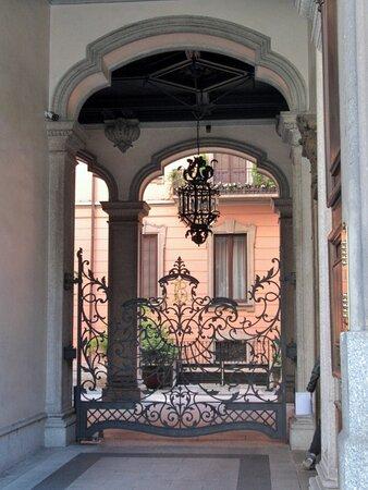 Atrio d'ingresso e cortile con portico