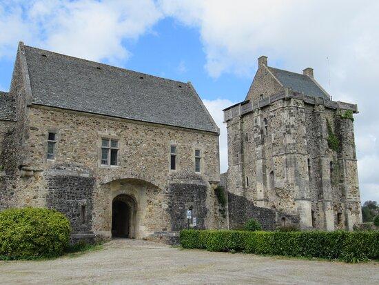 entrée du château et donjon