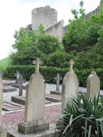cimetière en contrebas du château