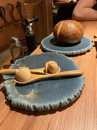 Pão com manteiga que acompanha o chá de cogumelo
