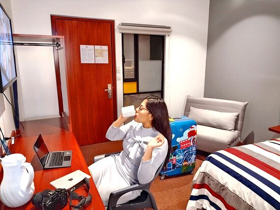 Inter Suite, 1 cama matrimonial y sofá cama individual, Smart TV con Netflix, ventilador, Fibra óptica, 2 burós  y además se encuentra en Planta Baja.