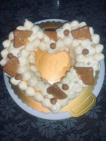 Heart Cake garni d'amour❤️❤️❤️ Génoise vanille noisette punchage rhum vanille, Crème diplomate vanille  Cremeux caramel beurre salé  Quelques noisette torréfiées / speculoos