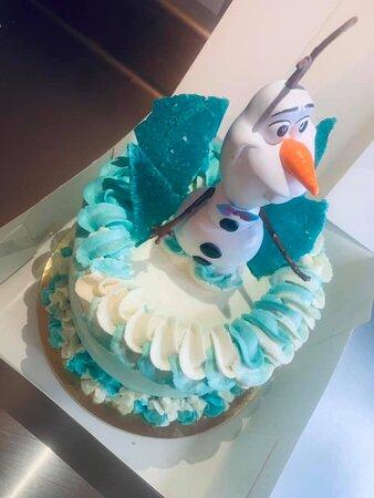 ⛄️ ⛄️ LayerCake Olaf ⛄️⛄️ Génoise vanille  Chantilly vanille  Curd fraise  Brunoise de fraise  Recouvert de chantilly vanille  Effet glace 🧊  Olaf ⛄️