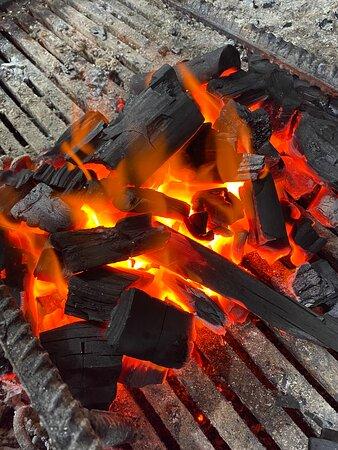 Grelha a carvão como manda a tradição 👌