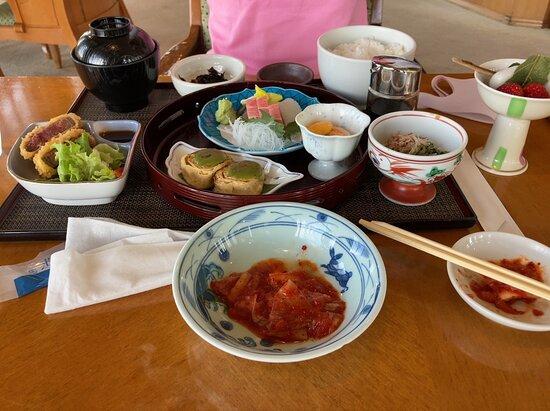 豪華な建物内にあるレストラン、映画「翔んで埼玉」のロケにも使われました。