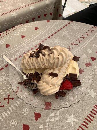 Meringues with Double Cream