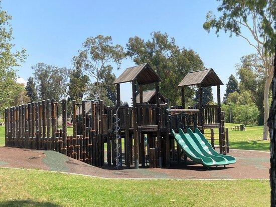 فوليرتون, كاليفورنيا: At Acacia Park is a children's playground with equipment and plenty of grassy area in which to run!