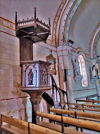 Cette église du 12ème et 13ème siècles, agrandie d'une chapelle au 15ème siècle, a été restaurée par les architectes Badoglio (1852) et Dauvergne (1855). Elle fut classée en 1914 par les M.H. Elle fut mise en valeur par l'abbé François Voisin entre 1857 et 1861. Ce dernier découvrit les peintures du 13ème siècle, réalisa lui-même de nouveaux décors peints, il fit construire la sacristie.