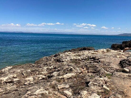 Vista su mare e costa e piccola spiaggia