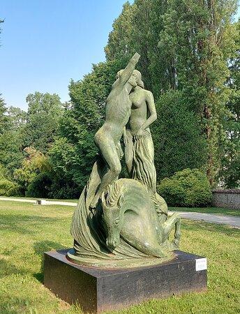 """Besana in Brianza, Itália: Scultura nel parco di villa Filippini: """" Poseidone dona il cavallo ad Atena""""  scultura di Aligi Sassu"""