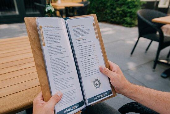Op onze menukaart staan ruim 500 distillaten. Natuurlijk serveren we ook een glas wijn, een biertje, een kop (Irish?) koffie en alcoholvrije drankjes.
