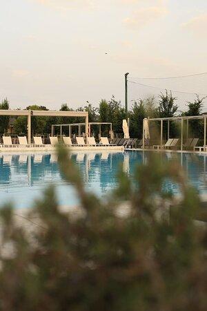 Esterno verso piscina e campi sportivi.
