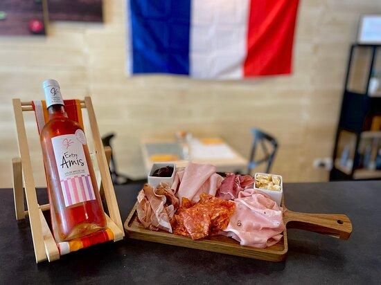"""Notre PLANCHE 5 jambons ( jambon blanc, jambon de Parme, mortadelle, speck et spianata) accompagné par le vin rose """"ENTRE AMIS""""."""
