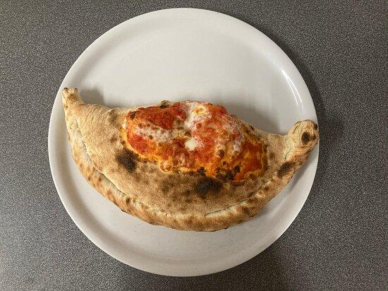 CALZONE, base au choix tomate ou crème, mozzarella fior di latte, jambon blanc, champignons, œuf.