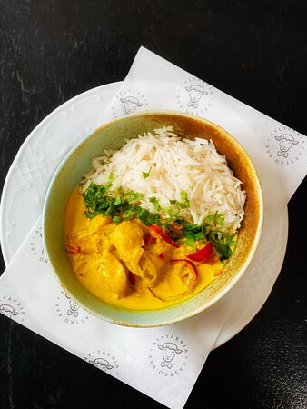 Chicken with aromatic curry sauce, red pepper and coconut milk, served with Basmati rice