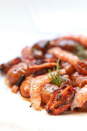 Gnocchi di ricotta, con gambero rosso di Mazara del Vallo, aglio nero, bisque, nocchietto e limone