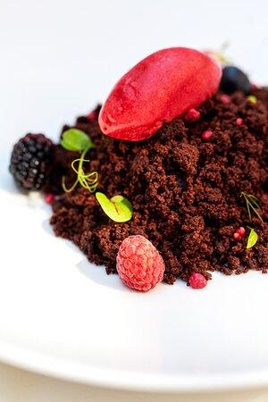 l tartufo nella Selva Nera: mousse di cioccolato fondente 70%, sorbetto di lampone, nocciole, frutti di bosco, terra di cacao e spugna al cioccolato