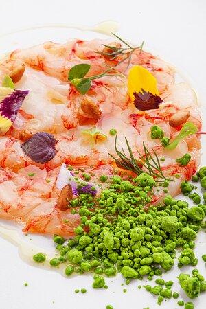 Carpaccetto di gambero rosso* Mazara del Vallo, pinoli caramellati in agrodolce e neve di salsa verde alla rucola e basilico