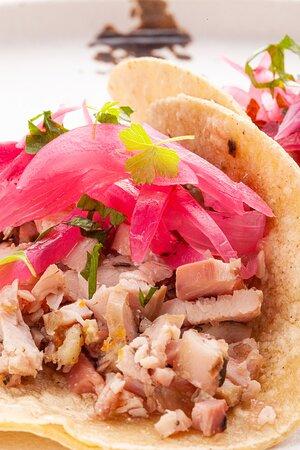 Tacos di porchetta, con cipolla di Tropea marinata al lime