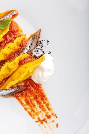 Panzerotti ripieni di melanzane, con ricotta di bufala, pomodorini bruciati e alici fresche marinate e affumicate
