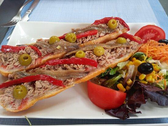 Tostada de atun, anchoas y pimiento