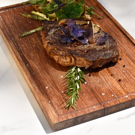 Cote de Boeuf om te delen met seizoensgroenten, salade, friet en bearnaise saus