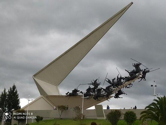 Imponente y majestuoso Monumento a los LANCEROS.