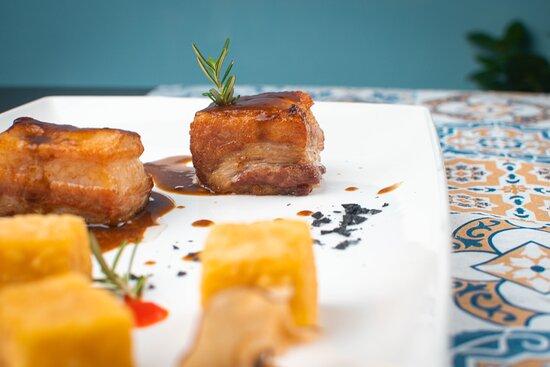 Pancia di maiale (cbt), cubo di polenta fritta e purea di mela Annurca