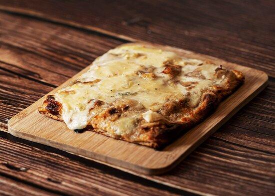Nostra quatro fromaggi!  Mozzarella di bufala fumée D.O.P, Taleggio D.O.P, Gorgonzola D.O.P et Stracchino.  Une profondeur en bouche sans pareil... Promis.