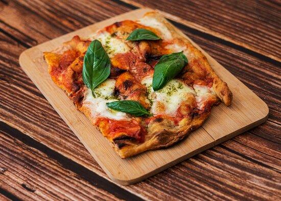 La nostra pizza alla palla Capri: Sauce tomate San Marzano D.O.P, Mozzarella di bufala D.O.P - Basilic vert bio, pâte au levain maison