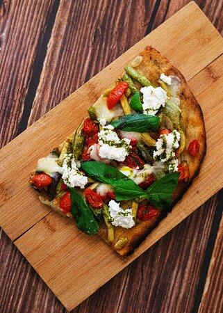 Pizza alla palla, la Stromboli: Mozzarella fior di latte, courgettes grillées, tomates séchées, Ricotta D.O.P et basilic vert bio