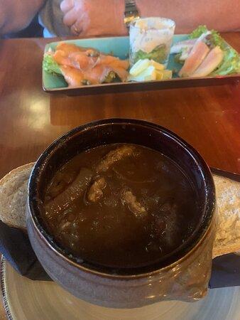 Heerlijke uiensoep en piri piri garnalen