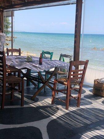Обед на берегу моря