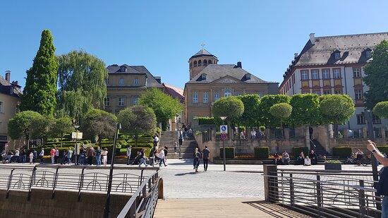 La Spezia Platz mit Warteschlange zum Opera (links zu sehen)