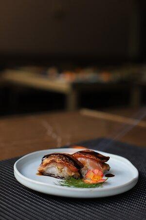 Niguiri de salmão com bacon e teriyaki
