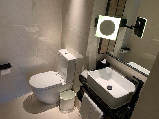 Deluxe Harbourview Suite 豪華海景套房 - Guest Toilet 客廁