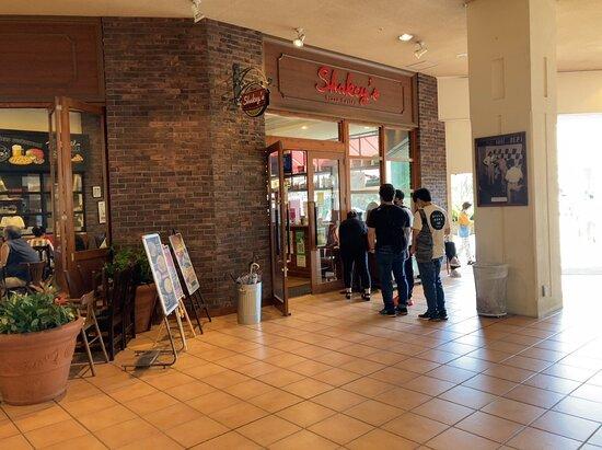 昔、関東地方にお店が多数ありましたが、縮小したせいか?今現在ではあまり見かけない「シェーキーズ」 懐かしさも相まって、ランチバイキングに行ってみる事に・・・ コロナ過の緊急事態宣言下なので、観光客は無し地元の家族づれで賑わっていました。 食べ放題のピザは毎回違う種類が出てくるので、色々な種類を食べられてGOODなお店。 料金も安くコスパが良いお店です♪